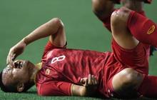 """Trọng Hoàng bị phạm lỗi thô bạo, cầu thủ Campuchia vẫn lao vào trọng tài như muốn """"ăn tươi nuốt sống"""""""