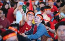 """Người Sài Gòn """"nhuộm đỏ"""" đường phố, sẵn sàng tiếp lửa cho U22 Việt Nam trong trận Bán kết gặp U22 Campuchia"""
