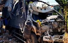 Xe tải lao thẳng vào nhà dân, 5 người trong gia đình chạy thoát