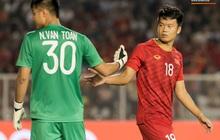 """Thủ môn U22 Việt Nam bị đàn anh """"lườm cháy mặt"""" vì suýt tái hiện sai lầm ở trận thắng Campuchia"""