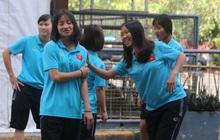 ĐT nữ Việt Nam cười tươi, thoải mái trước giờ đấu Thái Lan trong trận tranh huy chương vàng SEA Games 30
