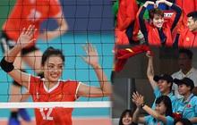 Cầu thủ nữ Việt Nam ra sân cổ vũ đội tuyển bóng chuyền trong trận chung kết với Thái Lan tại SEA Games 30