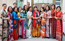 Chuyện cô trò nhỏ tặng 100 áo dài cho các thầy cô Chuyên ngữ