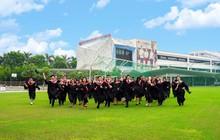 Nhìn trường nhà người ta làm lễ tốt nghiệp này, không phải ở Tây đâu, ngay giữa Hà Nội mình đấy!