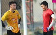 Lâm Tây (thủ môn tuyển Việt Nam) chúc mừng thủ môn Thái Lan sau khi đi vào lịch sử ở Nhật Bản