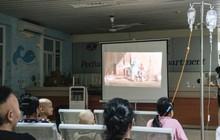 Rạp chiếu bóng ở viện K: Những đứa trẻ đẩy ống truyền thuốc đi xem phim hoạt hình