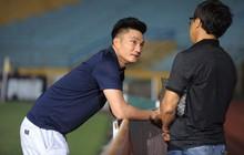 Xúc động hình ảnh thủ môn đẹp trai nhất Việt Nam gục vào vai HLV Hàn Quốc