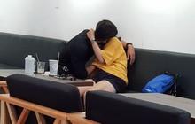 """""""Nóng mắt"""" cảnh nam thanh niên vô tư ôm hôn, thò tay mò mẫm dưới áo bạn gái ngay giữa quán cà phê ở Sài Gòn"""