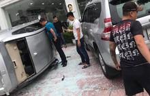 Hà Nội: Nhân viên showroom lái ô tô lao từ tầng 2 xuống đất, kính vỡ văng tung tóe