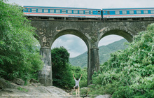 """Hot nhất Đà Nẵng hiện tại chính là """"cổng trời"""" mới toanh dưới chân đèo Hải Vân, nơi có đoàn tàu qua núi đẹp hệt trong phim"""