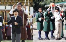 Khác hẳn với vẻ chững chạc thường ngày, Hoàng tử nhỏ Nhật Bản gây sốt cộng đồng mạng với hình ảnh mới lạ ở Bhutan