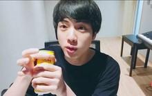 """Dùng cả thanh xuân để che tên nhãn hiệu khi livestream, Jin (BTS) vẫn bị fan cười """"sấp mặt"""": Loại này nhà em có đầy!"""