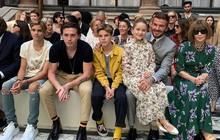 Ngồi chễm chệ trên hàng ghế đầu sát Tổng biên tập Vogue Anna Wintour, bé Harper chiếm trọn spotlight trong show của mẹ Vic