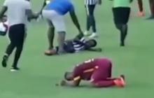 Bàng hoàng nhìn cảnh 4 cầu thủ tuổi teen đổ gục sau tiếng sét đánh