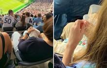 Góc một công đôi việc: Fan nữ đi xem đội bóng của Son Heung-min thi đấu mang theo cả kim chỉ, hồn nhiên ngồi trên khán đài khâu vá