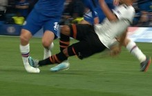 Bàng hoàng khi chứng kiến cổ chân của sao Chelsea bị bẻ cong rùng rợn sau cú đạp nguy hiểm của đối thủ