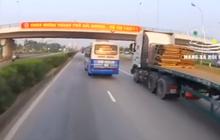 Clip: Xe khách liên tục đánh võng, tạt đầu container trên quốc lộ khiến nhiều người kinh hãi