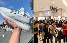 """Siêu phẩm Yeezy """"Mây Trắng"""" chuẩn bị mở bán tại Hà Nội, hàng trăm """"đầu giày"""" xếp hàng lấy số từ trước 2 ngày"""