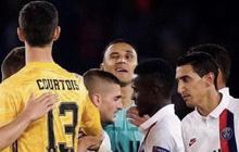 """Dân tình hả hê khi thấy anh chàng thủ môn nổi tiếng ném ánh nhìn """"cà khịa"""" đến người đồng đội cũ"""
