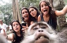 """Đi du lịch nhóm mà không đứa nào muốn cầm máy chụp ảnh selfie vì sợ """"mặt to"""" thì đây chính là cách!"""