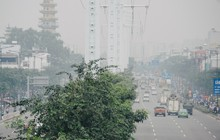Ảnh: Sài Gòn bị bao phủ một màu trắng đục từ sáng đến trưa, người dân cay mắt khi đi ngoài trời