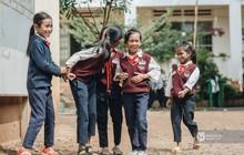 Ánh mắt tò mò của những đứa trẻ ở K'nai: Có gì đặc biệt trong sân trường sáng nay thế nhỉ?