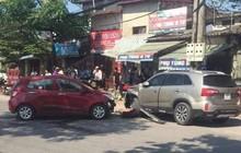 Hà Nội: 2 xe ô tô đấu đầu, người dân kiểm tra phát hiện 1 tài xế đã tử vong