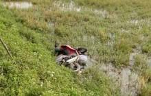 Phát hiện thi thể người đàn ông dưới xe máy ở ruộng lúa