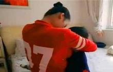 Cậu bé 7 tuổi không thể cai ti mẹ, mới đi học đã bị nhà trường trả về vì tìm mẹ cả ngày
