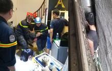 Hà Nội: Giải cứu người đàn ông mắc kẹt trong khoảng không 3 ngôi nhà