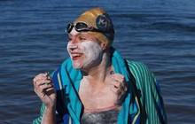 Nữ bệnh nhân ung thư lập kỷ lục bơi 4 lần không nghỉ qua Eo biển Manche