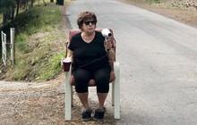 """Bà lão dùng máy sấy tóc làm """"súng bắn tốc độ"""" để răn đe các phương tiện trên đường phố địa phương"""