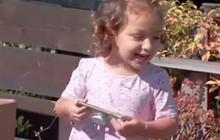 """Mẹ đưa cho con gái 2 tuổi nghịch điện thoại và cái kết khiến mẹ phải """"cười ra nước mắt"""""""