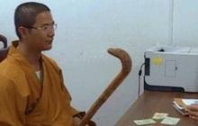 Khởi tố thầy chùa cầm gậy đập xe ô tô vì bắt người đi đường xin lỗi bất thành