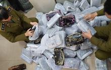 """Đột kích """"kho hàng nhái"""" ở Hà Nội, thu 700 túi xách gắn nhãn LV, Chanel, Gucci"""