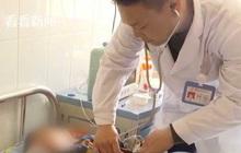 Con ruột sốt cao trên 40 độ, ông bố bác sĩ vẫn bỏ qua để cấp cứu bệnh nhân khác mắc bệnh tương tự