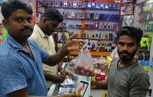 """Chỉ có thể là Ấn Độ: Cả nước chao đảo vì củ hành, cướp giật tung hoành, buôn bán ế ẩm bỗng phất """"như diều"""""""