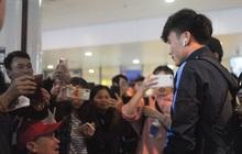 Bùi Tiến Dũng tươi cười trong vòng tay người hâm mộ ngày về nước sau U23 châu Á 2020