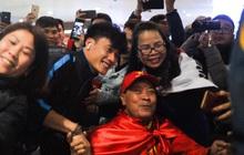 Người hâm mộ ngồi xe lăn tới Nội Bài đón Bùi Tiến Dũng trong ngày trở về