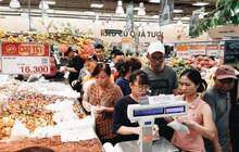 Ảnh: Người Sài Gòn xếp hàng dài ở siêu thị chờ mua sắm Tết chiều chủ nhật cuối năm