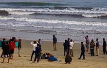 Đi tắm biển ngày giáp Tết, 2 học sinh ở Hà Tĩnh bị sóng cuốn trôi