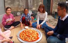 """Biến tấu món kim chi """"made in Việt Nam"""" với củ hành, bà Tân còn giới thiệu cách ăn mới ở cuối clip khiến ai cũng… té ngửa"""