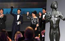 """Dàn sao Parasite vỡ oà ẵm giải danh giá nhất tại SAG Awards 2020, """"anh Phượng"""" tiếp rục rinh tượng vàng"""