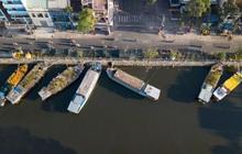 """Ảnh: Thuyền chở đầy ắp hoa nối đuôi nhau cập bến Bình Đông, chợ hoa """"trên bến dưới thuyền"""" rộn ràng sắc xuân ngày cận Tết"""