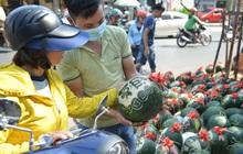 Anh thợ điêu khắc gỗ kiếm hàng triệu đồng mỗi ngày nhờ khắc dưa hấu bán dịp Tết ở Sài Gòn