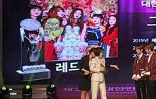 """Góc hề hước: Red Velvet bận đi """"đu đưa"""" concert tiền bối Taeyeon mà """"bỏ"""" luôn Daesang, phải nhờ đàn em NCT Dream nhận giùm!"""