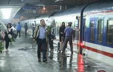 Ảnh: Không khí hối hả của chuyến tàu cuối năm đưa hành khách về quê ăn Tết