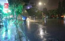 """Hồ Gươm vắng tanh vì mưa xối xả, dân tình chỉ biết ở nhà lo lắng: thế này thì bắn pháo hoa """"toang"""" thật sao?"""