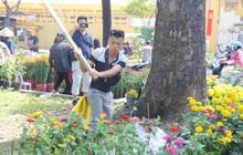 """Đại hạ giá vẫn không hết, tiểu thương Sài Gòn thẳng tay đập chậu, chặt gốc hoa chứ quyết không để người dân """"hôi hoa"""" trưa 30 Tết"""