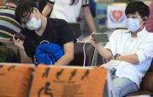 Hành khách đeo khẩu trang kín mít vì lo lắng dịch virus Corona khi chuẩn bị rời sân bay Nội Bài trước thời khắc đón năm mới